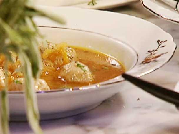 Löksoppa med fläskfrikadeller och rosmarinbröd