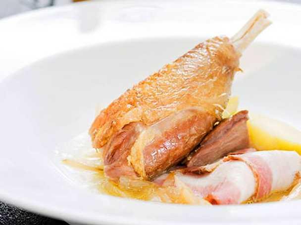 Löksoppa med kycklinglår, sparrispotatis och sidfläsk med champinjoner