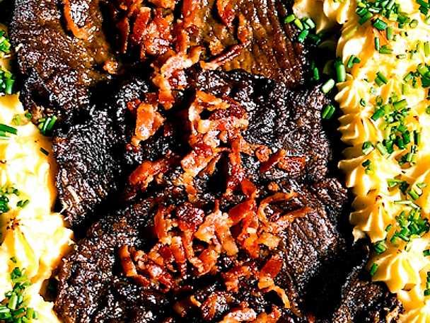 Lövbiff med bacon och rotsaksmos