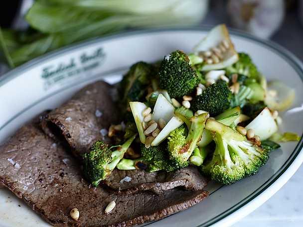 Lövbiff med pak choy, broccoli och rostade pinjenötter