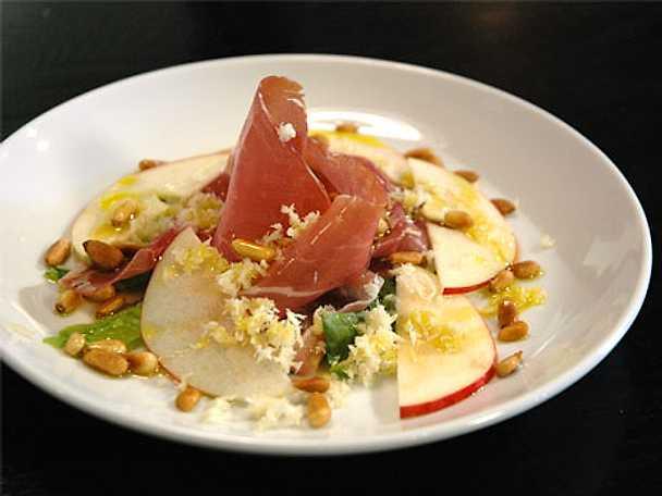 Lufttorkad skinka med pepparrot, pinjenötter och ruccola