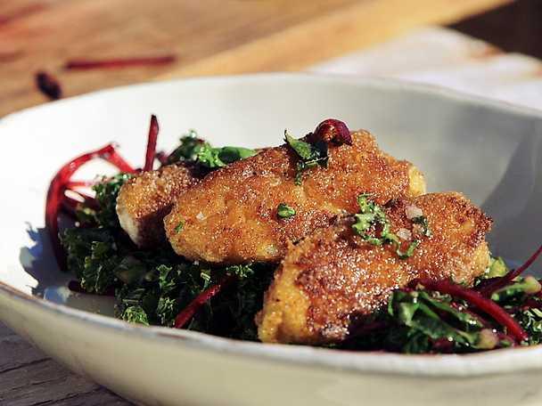 Lutfisk -fiskkakor med sallad på rödbetor och grönkål