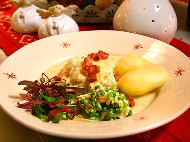 Lutfisk med senapssås, pancetta och chévreärtor