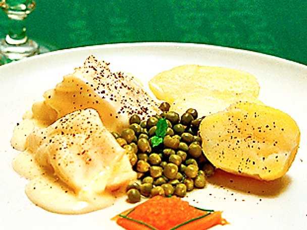Lutfisk med vit sås och gröna ärter