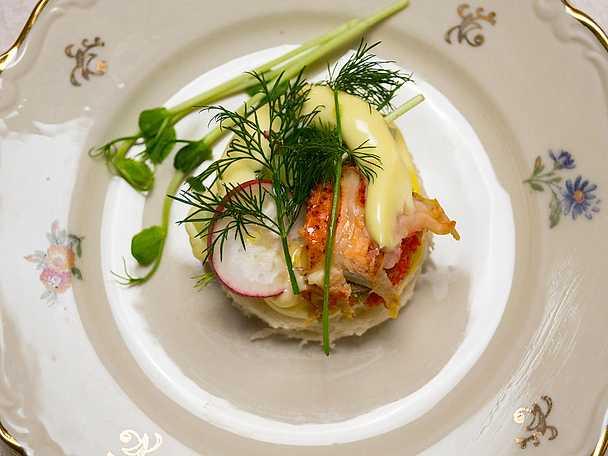 Lyxig smörgås med hummer, majonnäs och grönsaker