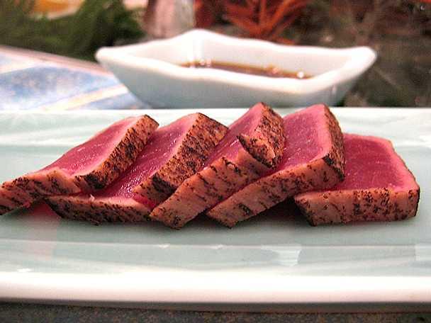 Maguro tataki - lätt halstrad tonfisk med soja, ingefära, vitlök och gräslök