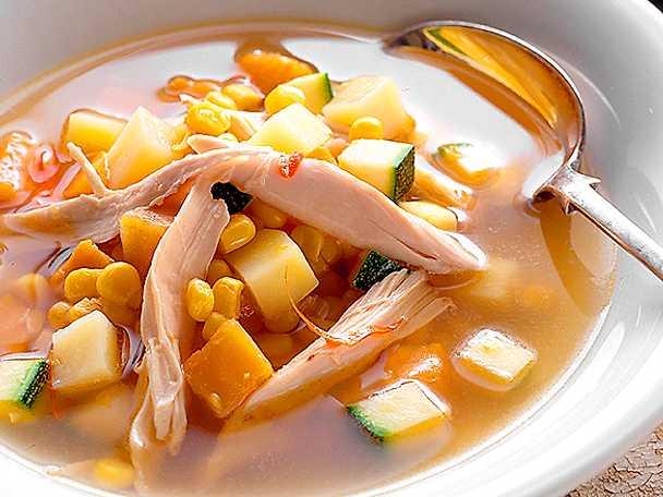 Majs- och zucchinisoppa med kyckling