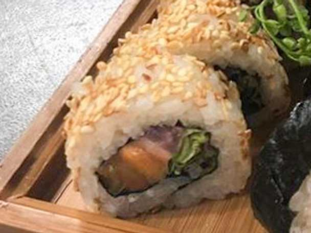 Maki, röding, picklad rödlök och sallad