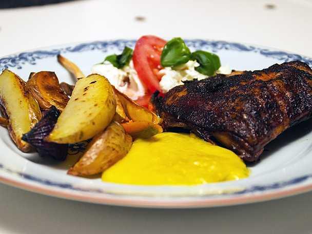 Mammas frasiga kyckling, serveras med rotsaker och aioli