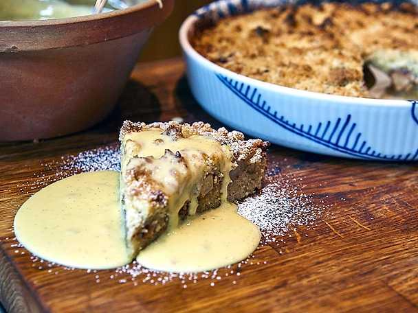 Mandel- och äppelkaka med hemgjord vaniljsås