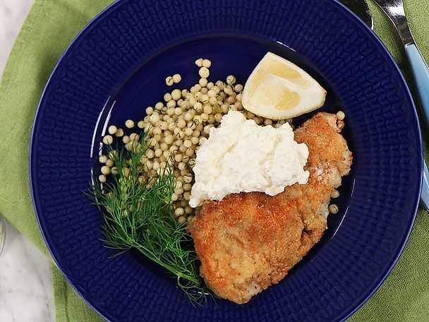 Mandelpanerad torsk med fetakräm och pärlcouscous