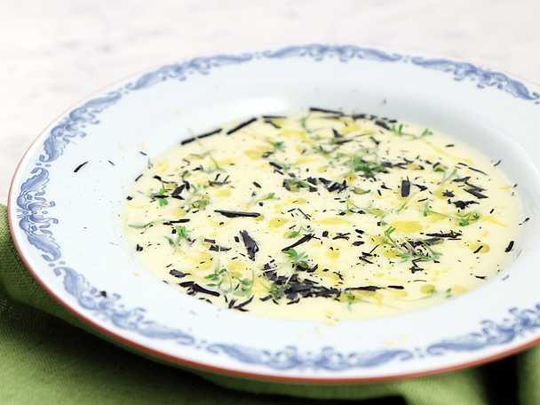Mandelpotatissoppa med smörkokt och bränd purjolök