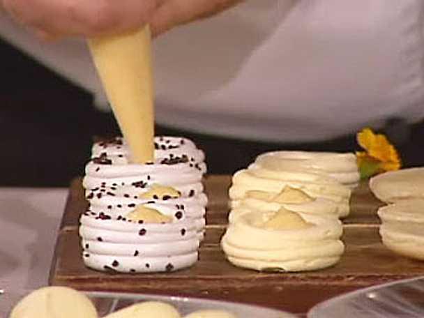 Marängbo fyllt med vaniljkräm och hallonsås