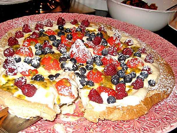 Marängtårta med färsk frukt och bär