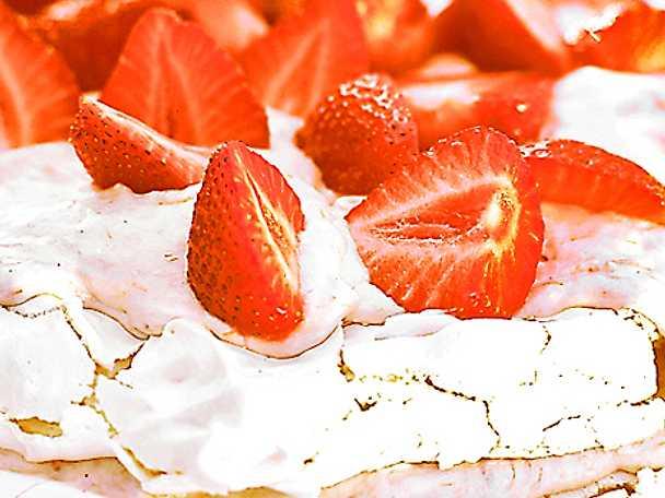 Marängtårta med färska jordgubbar
