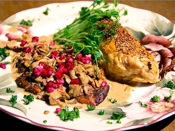 Marinerad kycklingfilé med svampsås och smördegsinbakad potatis