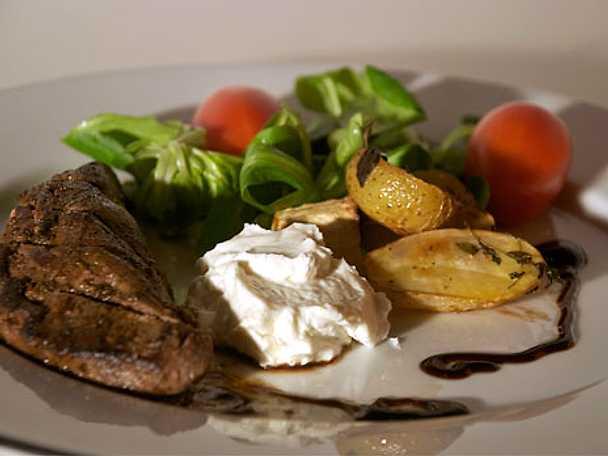 Marinerad lammytterfilé med rostad småpotatis och chèvrecrème
