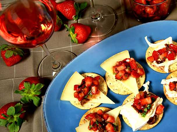 Marinerade jordgubbar till ostbrickan