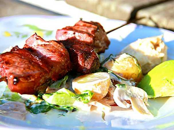 Marinerat köttspett med ljummen färskpotatissallad