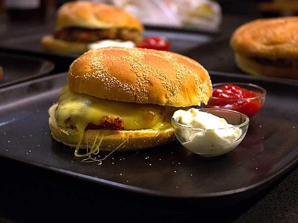 Marohns homeburger med caesarstyle-dressing