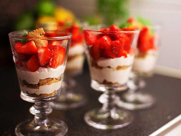 Mascarpone med vanilj, jordgubbar och kex
