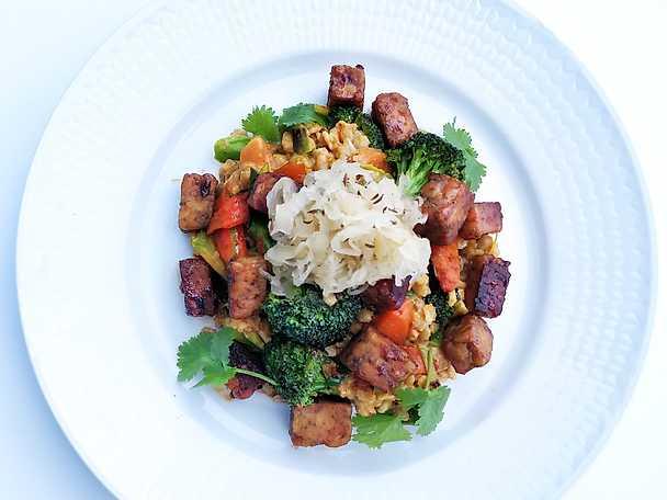Mathavrewok med röd curry och tempeh toppad med syrad kål