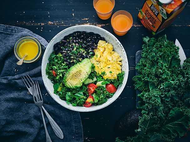 Matig grön superskål med sunny citrus- och tahinidressing