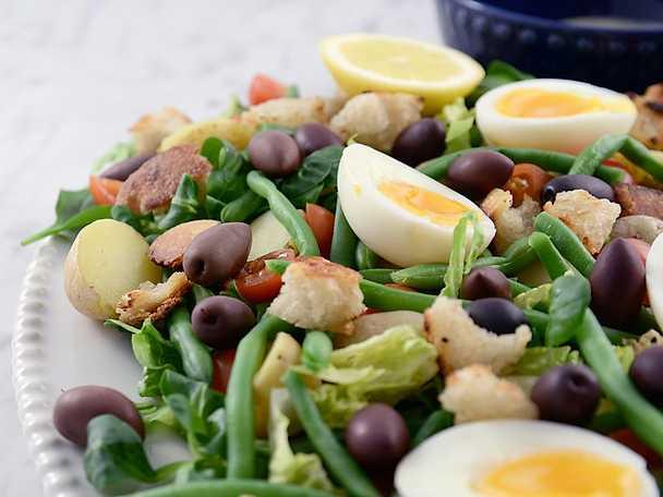 Matig sallad med ägg, potatis och surdegskrutonger