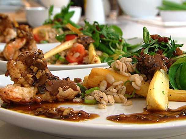 Matig sallad på rostat korngryn med havskräftor och fläskströssel