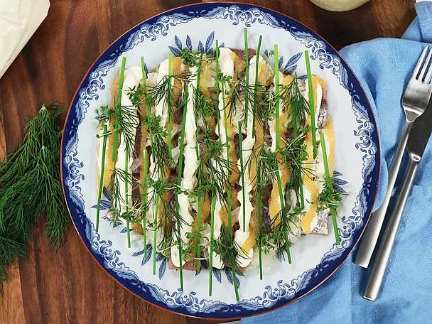 Matjessill med äggkräm och löjrom