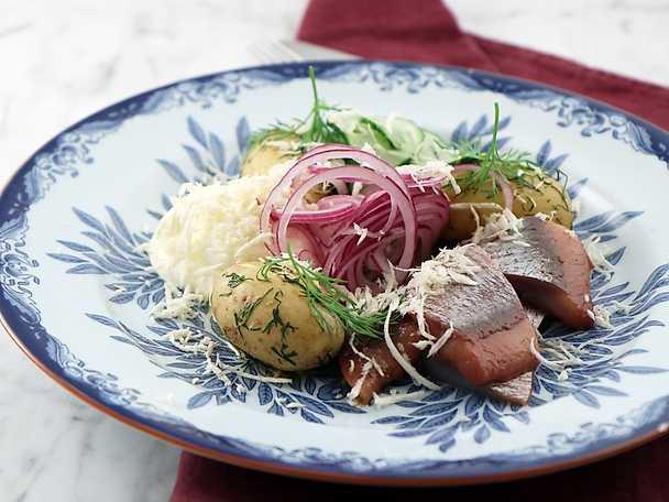 Matjessill med dillslungad potatis och pepparrotskräm