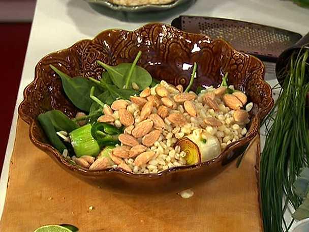 Matvetesallad med rostad purjolök, jalapeño, lime och mandel