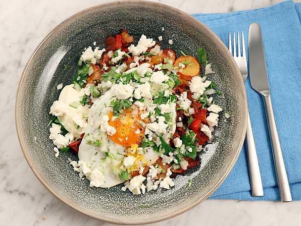 Mexikansk pytt med paprika, tomat och lättstekt ägg