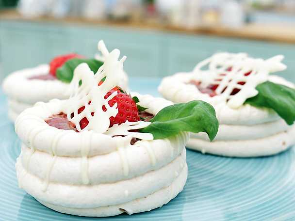 Midsommardröm - pavlova med fläderkräm och jordgubbar