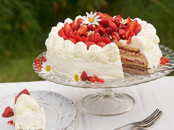 Midsommartårta med rabarber och jordgubbar