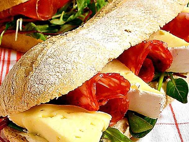 Minibaguette med salami och brie