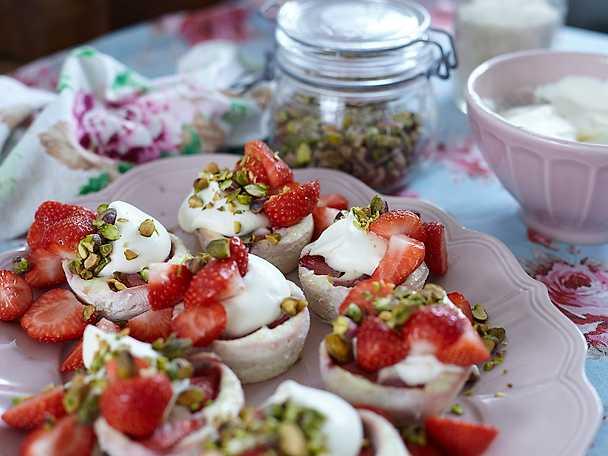Minicheesecakes med jordgubbar och lime
