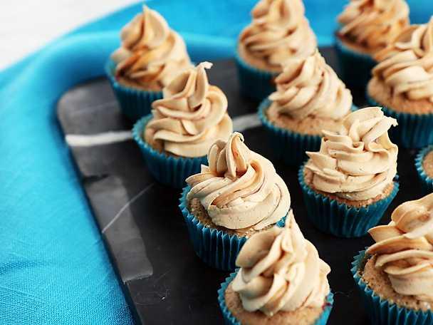 Minicupcakes med lingon och kola