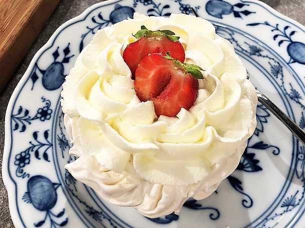 Minipavlova med smörkräm och jordgubbar