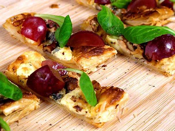 Minipizza på smördeg med vindruvor