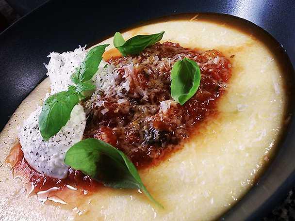 Mjuk polenta med basilikadoftande tomatsås