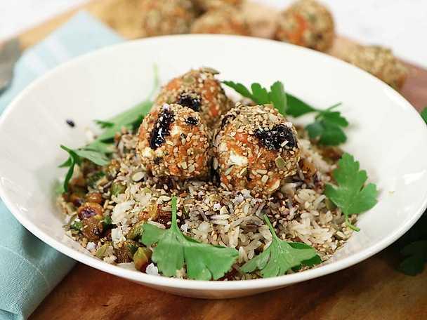 Morots- och fetaostbollar med stekt ris och sojasås