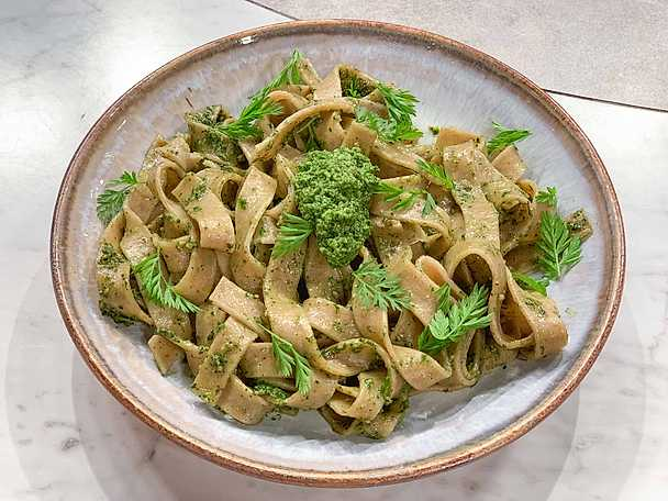 """Morots pasta """"pesto"""" på gårdagens bröd"""