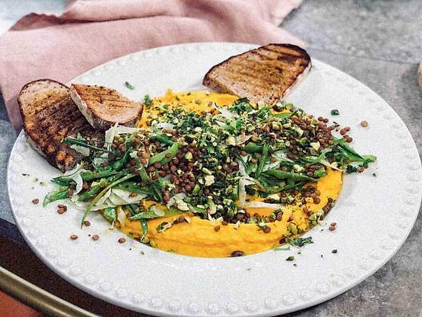 Morotskräm med frästa gröna bönor och örtigt pistagekross