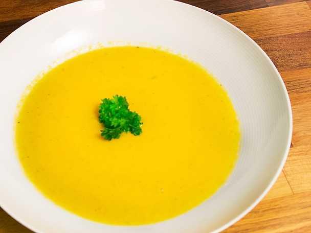 Morotssoppa med ingefära, vitlök och grädde