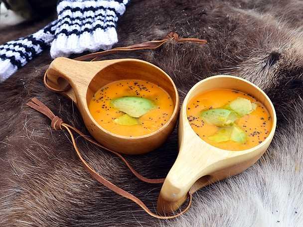 Morotssoppa med rå ingefära och avokado