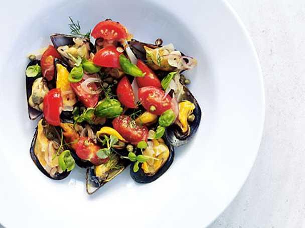 Moules mariniéres med basilika och tomater