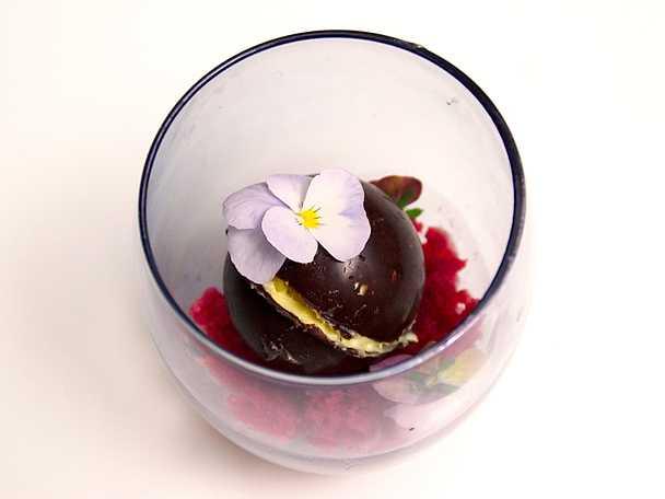 Moussefylld chokladsfär med granatäpplegranité