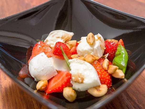 Mozzarella & jordgubbssallad med en frisk flirt