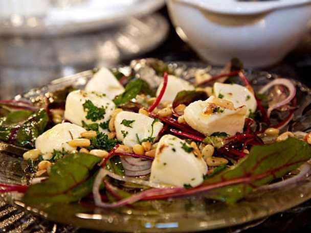 Mozzarella på salladsbädd med örter